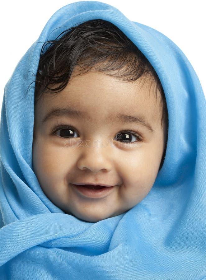 Bebé sonriente cubierto en manta azul fotografía de archivo libre de regalías