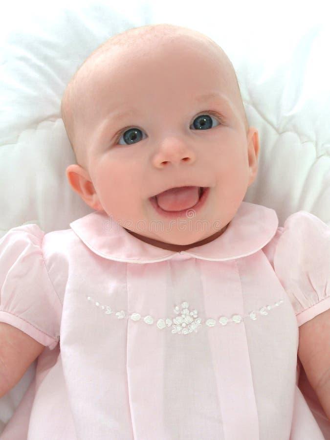 Bebé sonriente en color de rosa foto de archivo