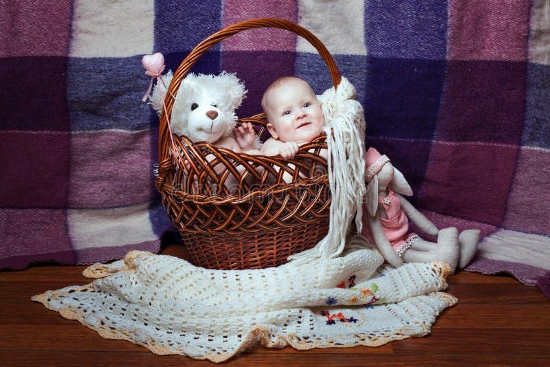 Bebé sonriente en una cesta fotografía de archivo libre de regalías