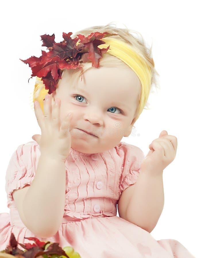 Bebé sonriente en una corona fotos de archivo libres de regalías
