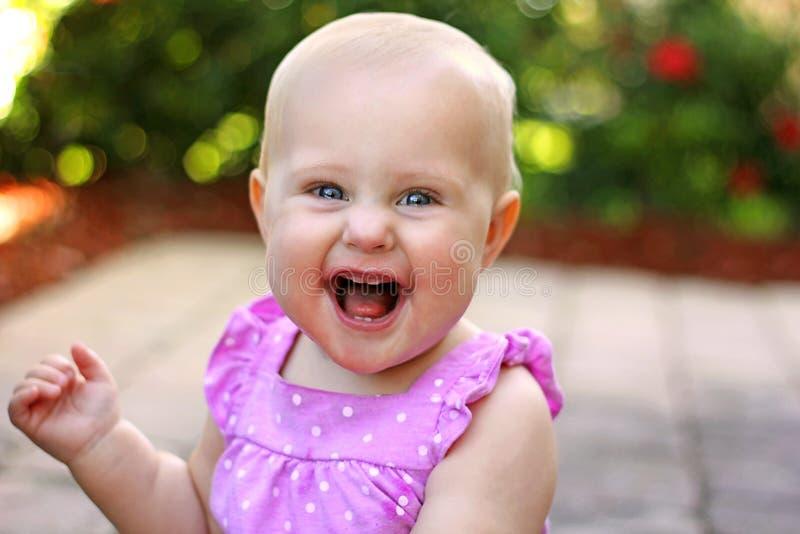 Bebé sonriente feliz estupendo afuera imagen de archivo