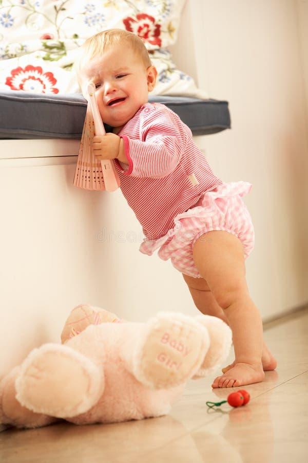 Bebé trastornado que aprende levantarse en el país fotografía de archivo libre de regalías