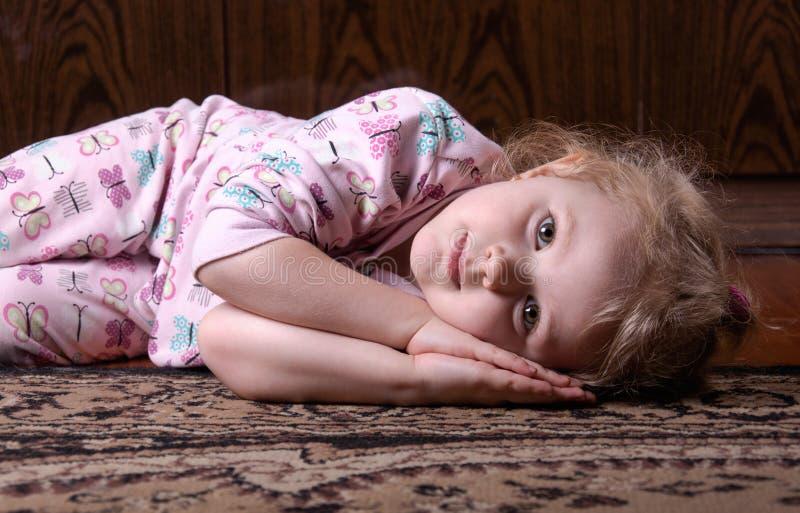 Bebé triste en el piso foto de archivo libre de regalías
