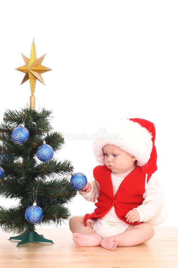 Bebé y árbol de navidad fotografía de archivo