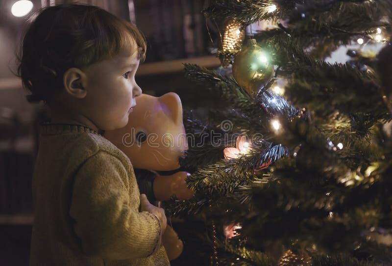 Bebé y árbol de navidad en casa fotografía de archivo libre de regalías