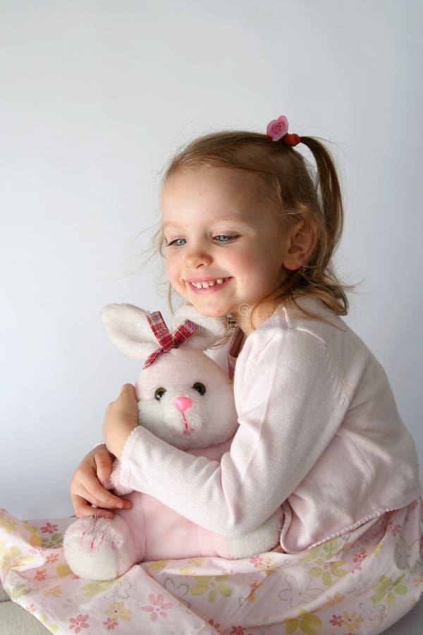 Bebé y conejito rosado imagenes de archivo