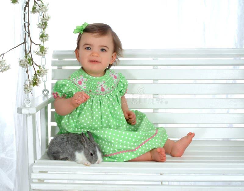 Bebé y conejo en el oscilación foto de archivo libre de regalías