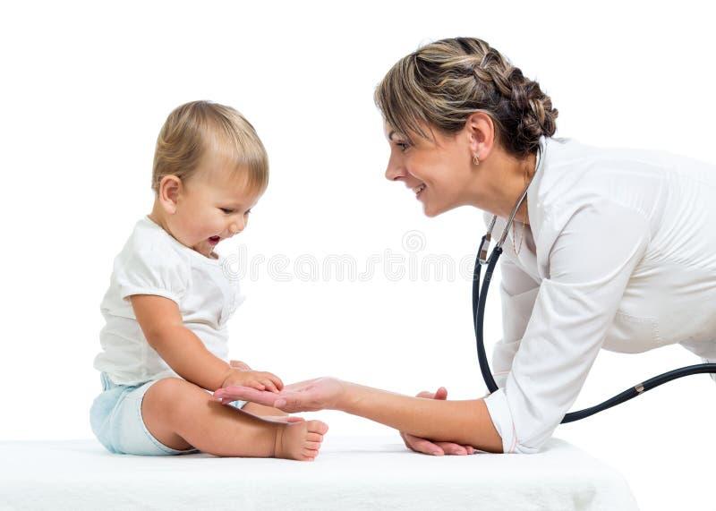 Bebé y doctor aislados en el fondo blanco imagen de archivo