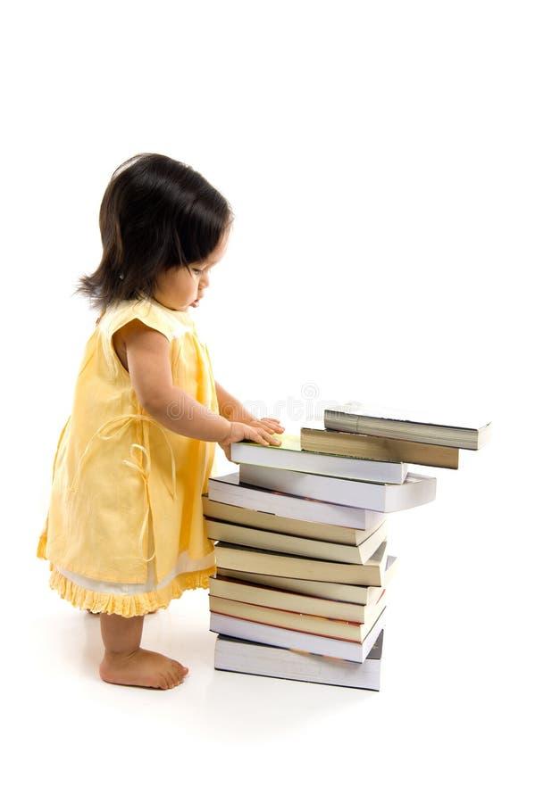 Bebé y libro imagenes de archivo
