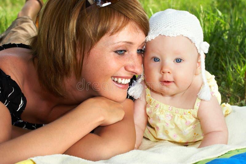 Bebé y madre imagen de archivo libre de regalías