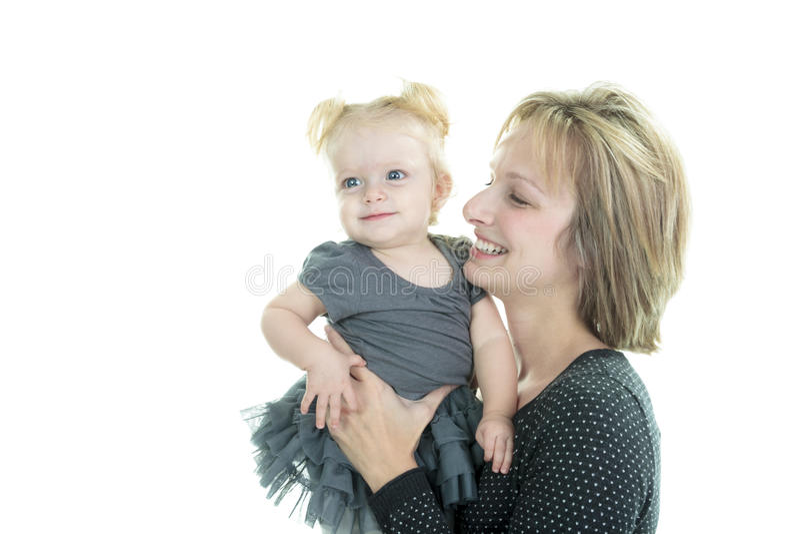 Bebé y madre muy lindos de la familia en blanco del estudio fotos de archivo libres de regalías