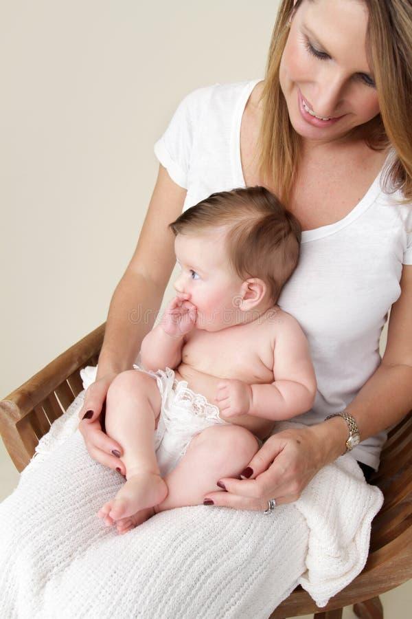 Bebé y madre recién nacidos fotos de archivo