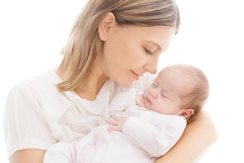 Bebé y madre recién nacidos, mamá con el niño recién nacido durmiente en las manos imagenes de archivo