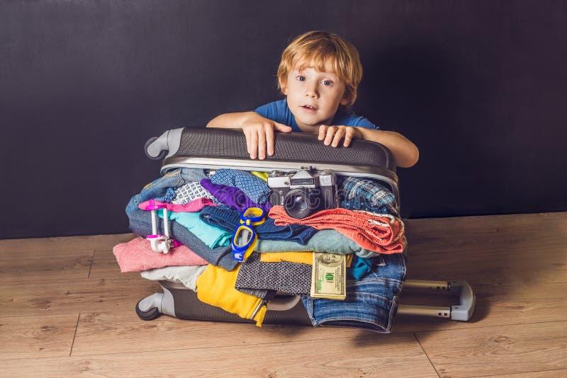 Bebé y maleta del viaje Niño y equipaje llenos para Vacatio fotos de archivo