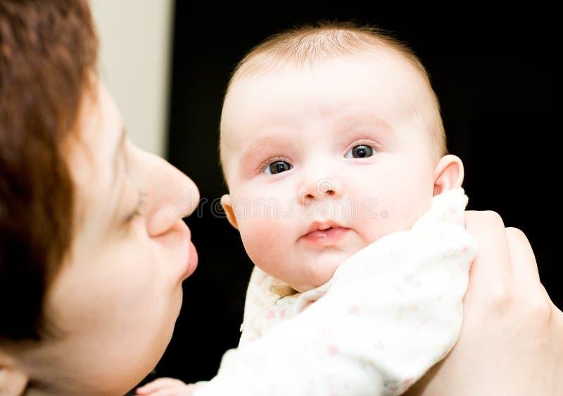 Bebé y mama fotografía de archivo