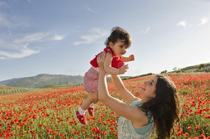 Bebé y mama foto de archivo