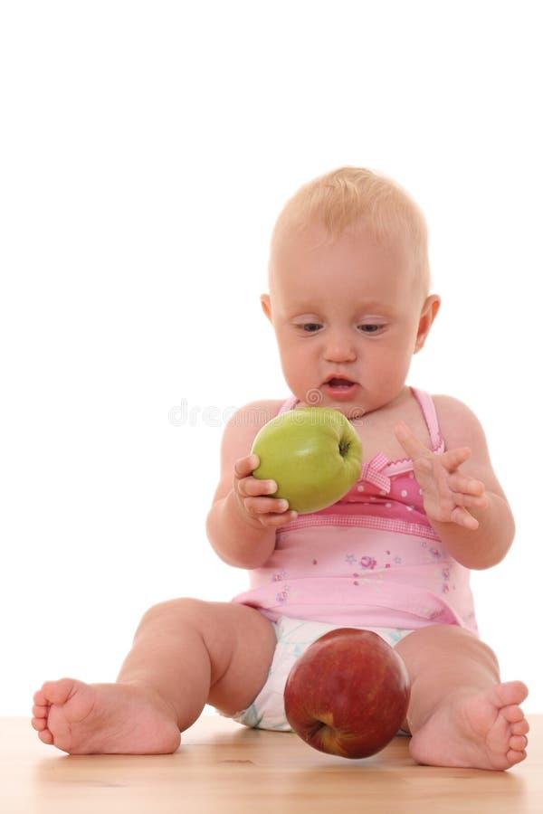 Bebé y manzana foto de archivo libre de regalías
