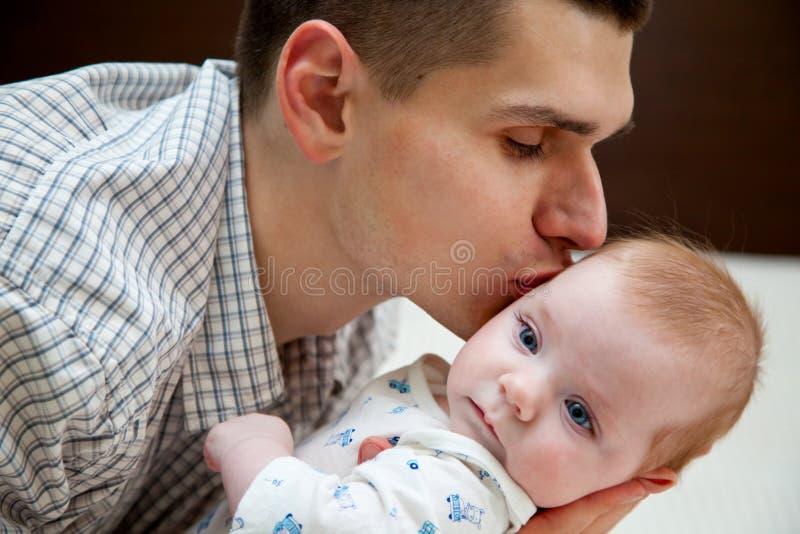 Bebé y padre imagen de archivo libre de regalías