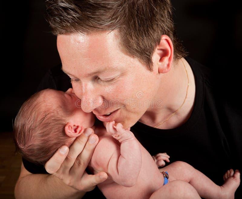 Bebé y padre cariñoso foto de archivo