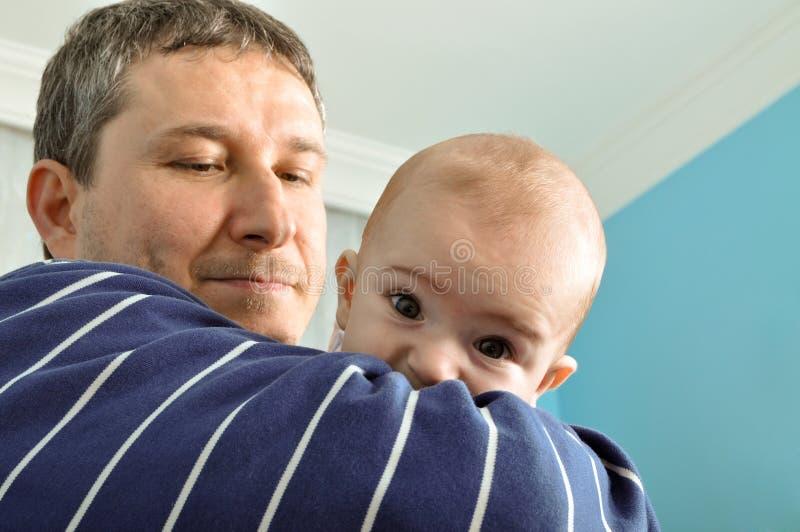 Bebé y padre lindos fotografía de archivo