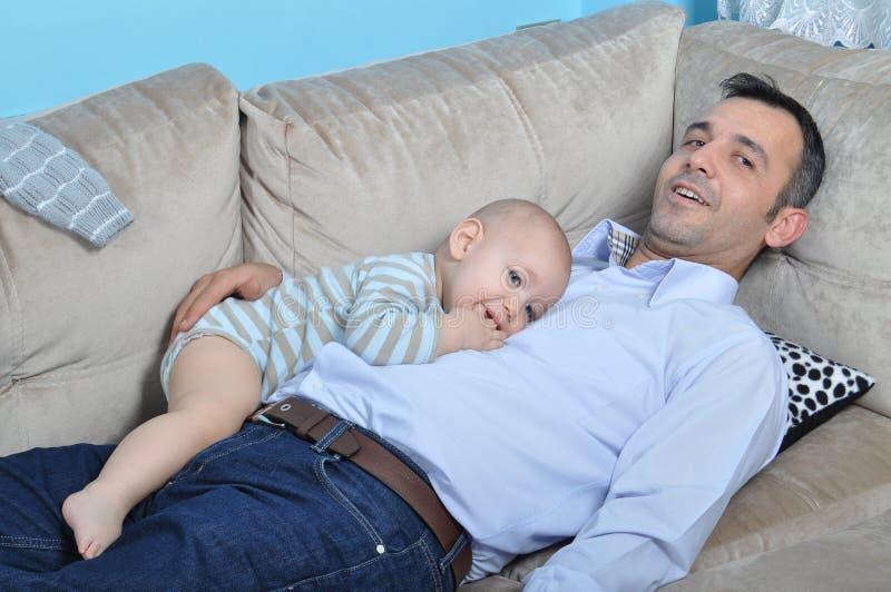 Bebé y padre lindos imagen de archivo