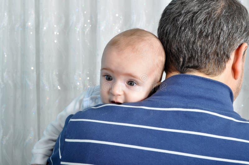 Bebé y padre lindos fotos de archivo libres de regalías