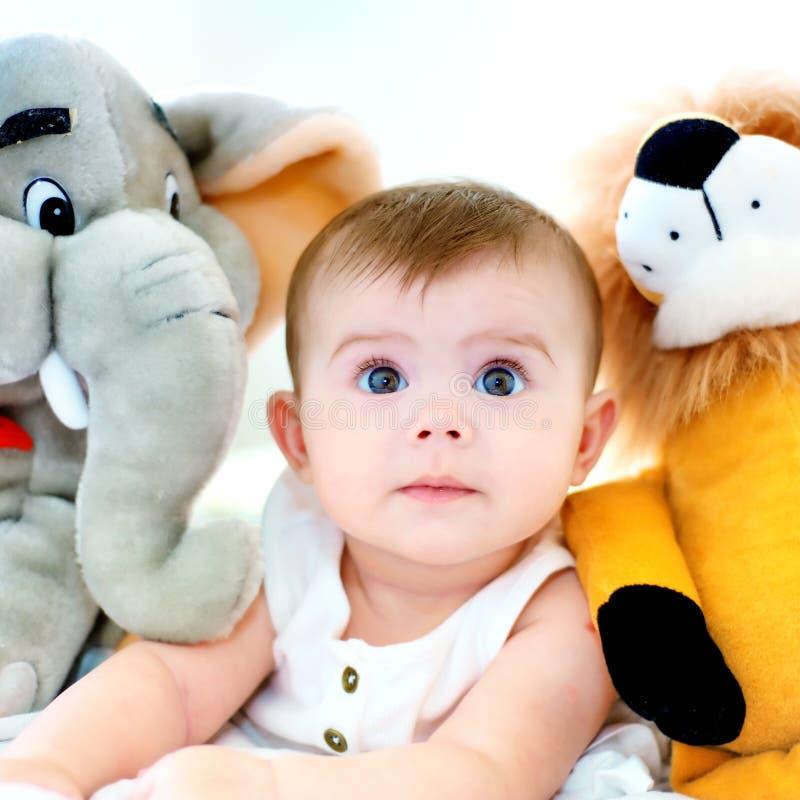 Bebé y peluche fotos de archivo