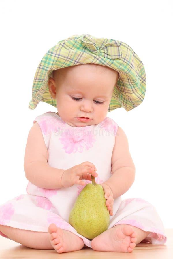 Bebé y pera fotografía de archivo