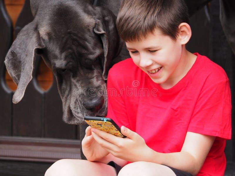 Bebé y perro grande junto imagenes de archivo