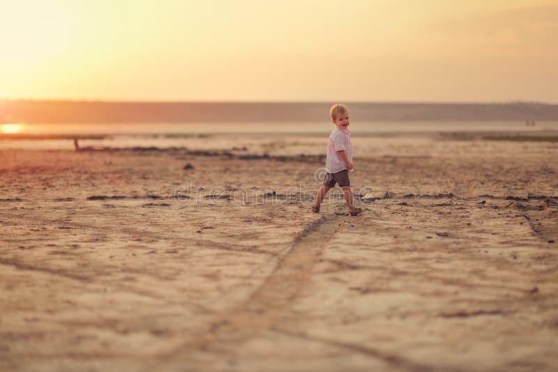 Bebé y puesta del sol imagen de archivo