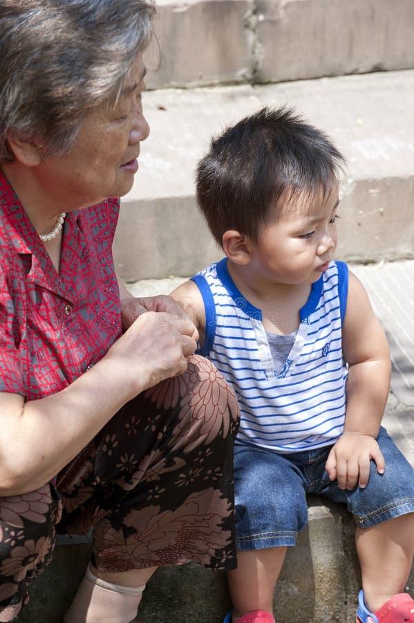 Bebé y su abuela foto de archivo libre de regalías