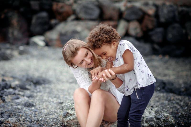 Bebé y su madre que juegan en la playa fotos de archivo libres de regalías