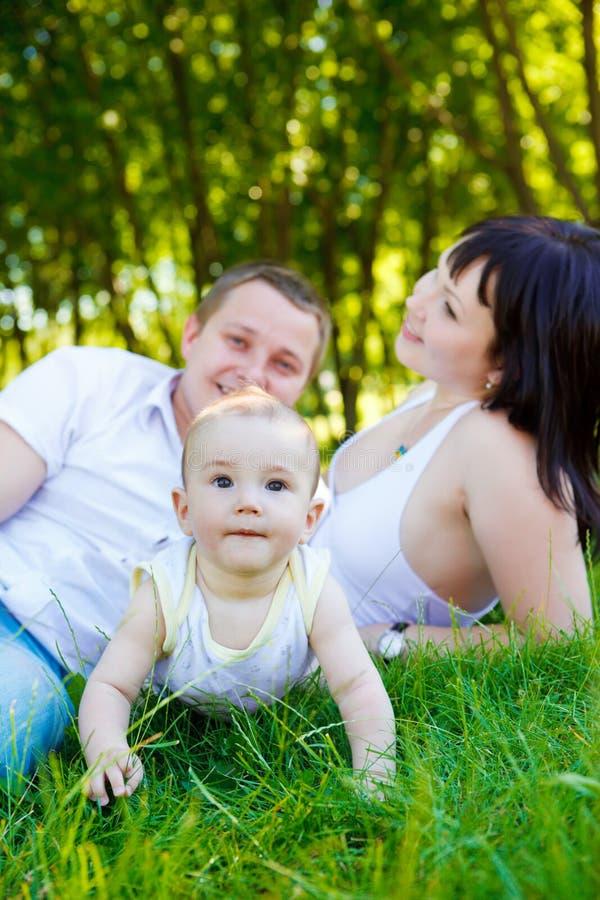Bebé y sus padres fotografía de archivo libre de regalías