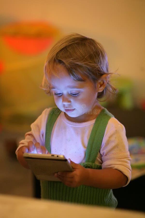 Bebé y teléfono móvil fotos de archivo
