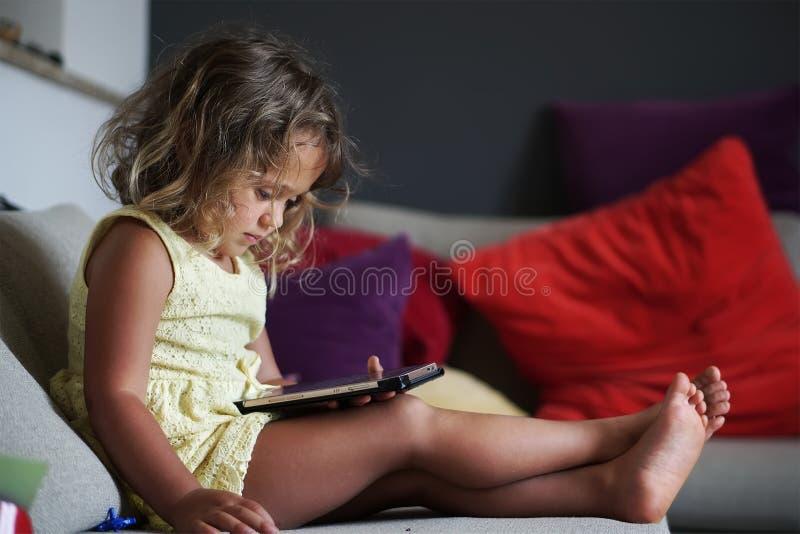 Bebé y teléfono móvil imagen de archivo libre de regalías