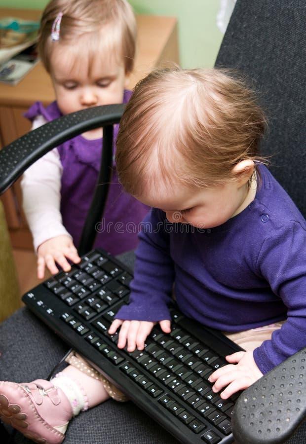 Bebés con el teclado imágenes de archivo libres de regalías