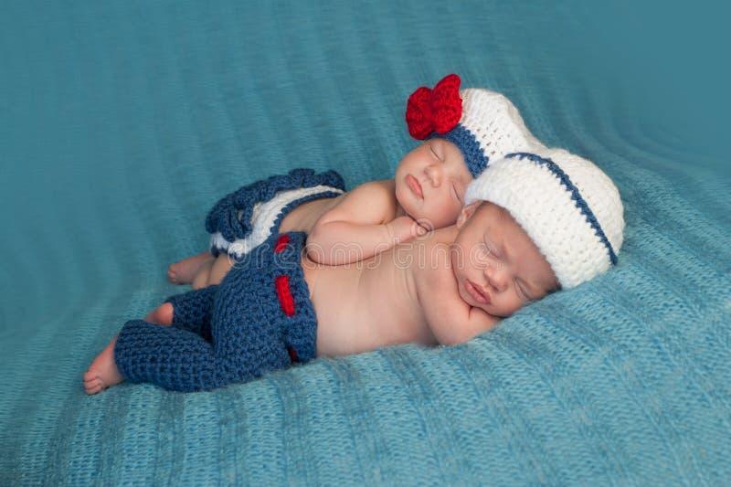Bebés gemelos recién nacidos en el marinero Costumes imagenes de archivo