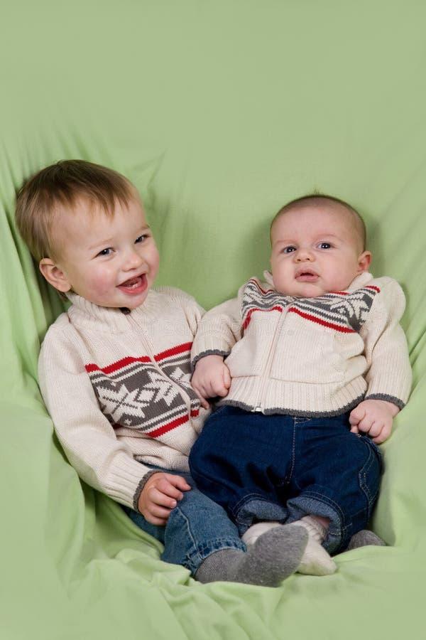 Bebés na roupa do inverno fotografia de stock royalty free
