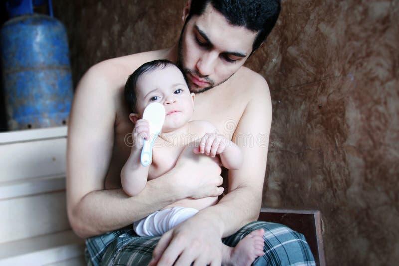Bebê árabe com pai fotografia de stock royalty free