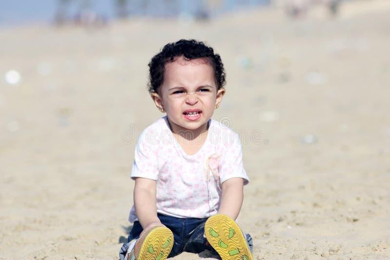 Bebê árabe de grito imagens de stock royalty free