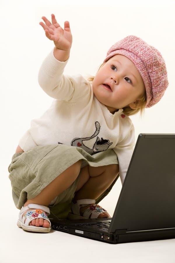Bebê adorável com portátil imagem de stock royalty free