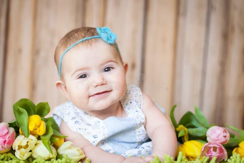 Bebê adorável com tulipas imagem de stock royalty free