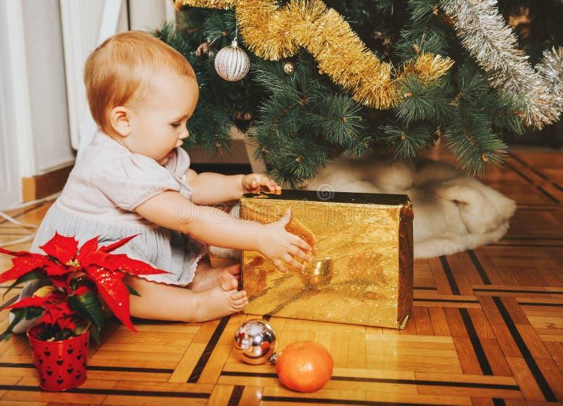 Bebê adorável do bebê de um ano que aprecia o Natal fotos de stock