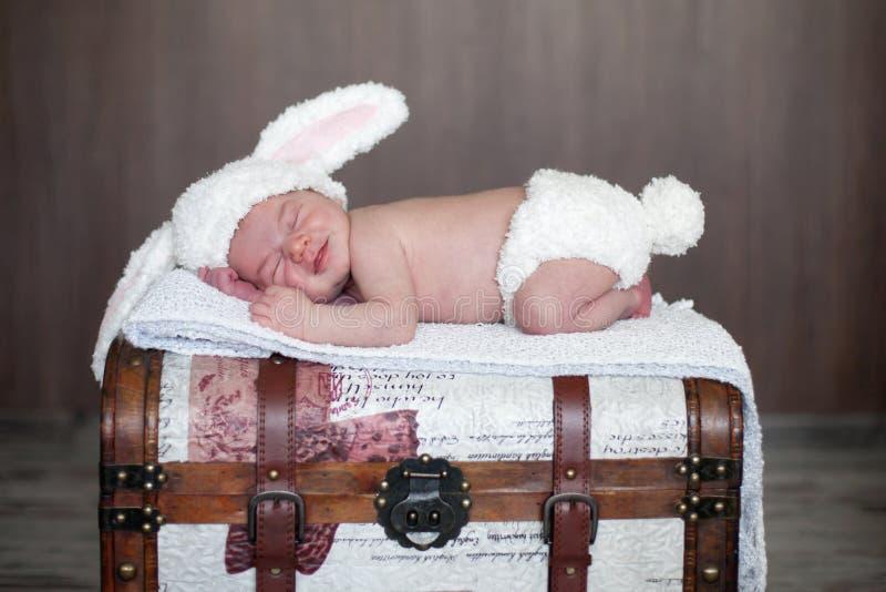 Bebê adorável, dormindo imagem de stock