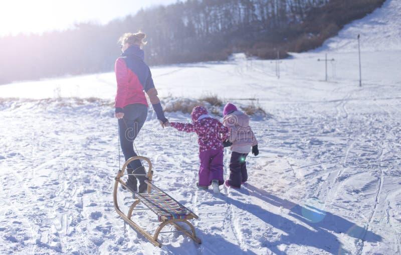 Bebê adorável em uma neve branca na situação morna do terno na neve fotografia de stock royalty free