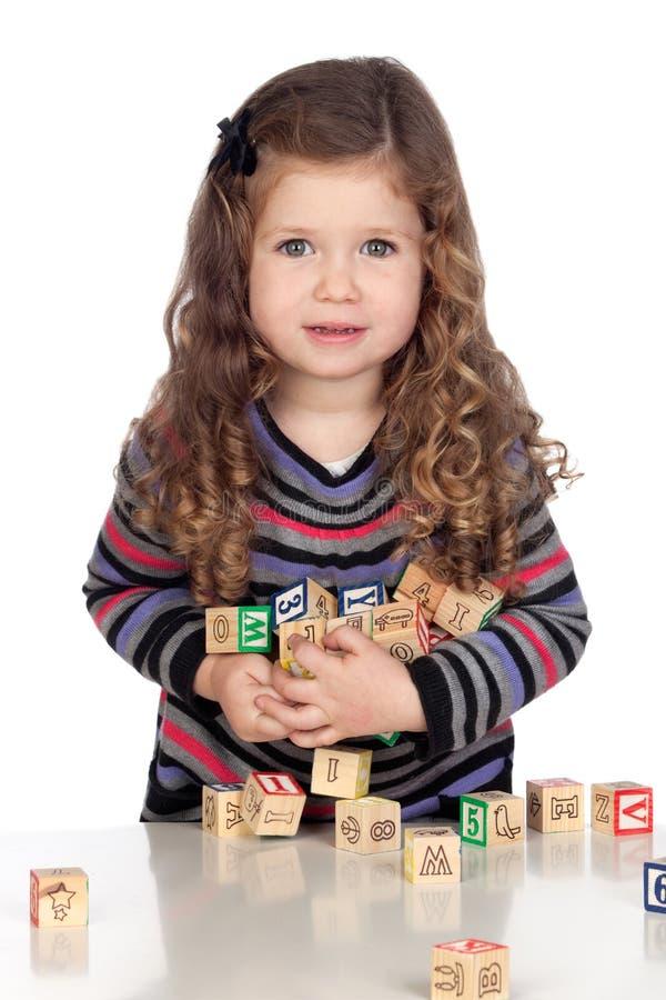 Bebê adorável que joga com blocos de madeira fotos de stock