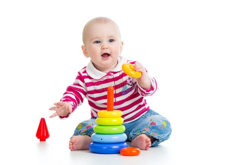 Bebê adorável que joga com brinquedo da cor foto de stock royalty free