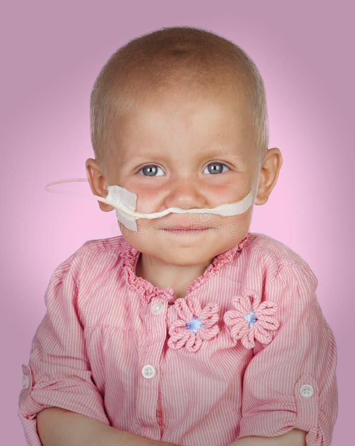Bebê adorável sem cabelo que bate a doença imagem de stock royalty free