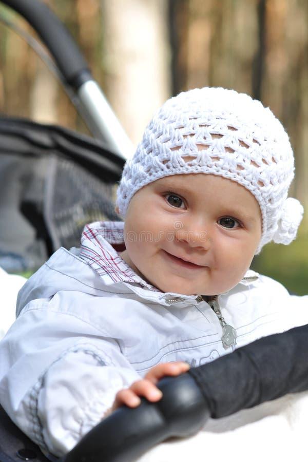 Bebê ao ar livre na trilha fotografia de stock royalty free