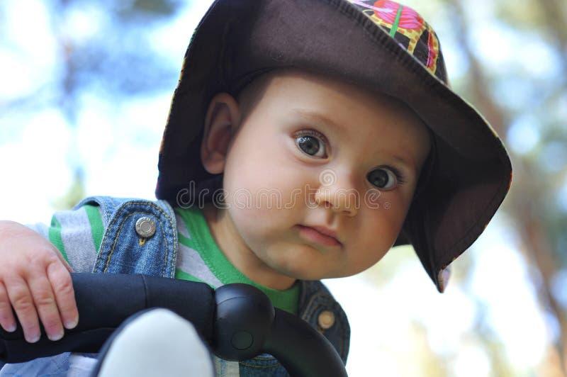 Bebê ao ar livre na trilha fotografia de stock
